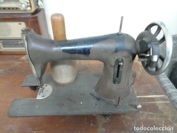 Antigüedades: MAQUINA DE COSER WERTHEIM CON BOBINA MADERA - Foto 2 - 111286307