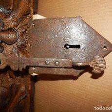 Antigüedades: CERRADURA DE FORJA DEL XVIII.. ESCUDO . Lote 111297731