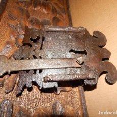 Antigüedades: CERRADURA CON HERRAJES DECORATIVOS FORJA DEL XVIII. Lote 111322763