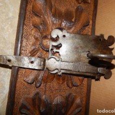 Antigüedades: IMPORTANTE CERRADURA DE FORJA XVII CON LLAVE . Lote 111325815