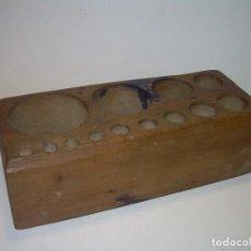 Antigüedades: CONTENEDOR VACIO DE MADERA PARA JUEGO DE PESAS....AÑO 1930. Lote 111328031