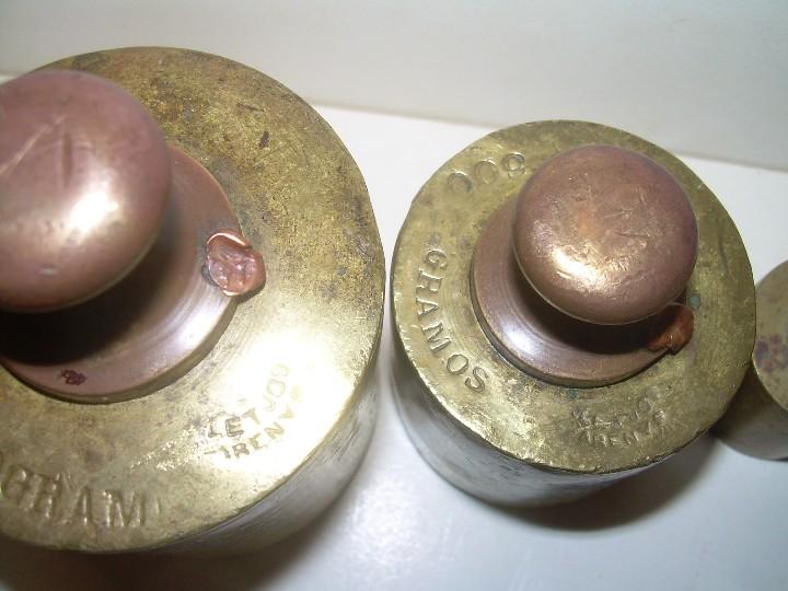 Antigüedades: ANTIGUO JUEGO DE PESAS.....DESDE 1 KG. A 5 GRM....TOTAL 10 PESAS...ALGUNAS MARCA ARENYS. - Foto 3 - 111328255
