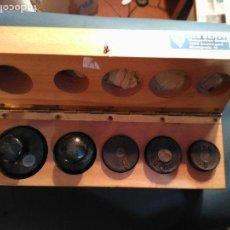 Antigüedades: MAGNIFICA CAJA ESTUCHE 5 PESAS PONDERALES 1 X 100 GRAMOS 2 X 200 G,1 X 500 GM 1X KG GRABADO EL PES. Lote 111329847