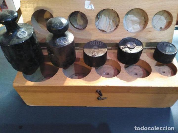 Antigüedades: MAGNIFICA CAJA ESTUCHE 5 PESAS PONDERALES 1 X 100 GRAMOS 2 X 200 G,1 X 500 GM 1X KG GRABADO EL PES - Foto 6 - 111329847