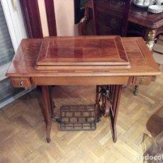 Antigüedades: MAQUINA DE COSER ALFA CON MUEBLE. Lote 111498387