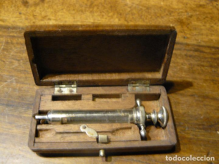 JERINGUILLA DE DENTISTA DE METAL CROMADO EN CAJITA DE MADERA (Antigüedades - Técnicas - Herramientas Profesionales - Medicina)