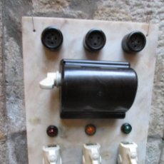 Antigüedades: EXCELENTE CUADRO ELECTRICO HACIA 1950 - 60X40CM - MARMOL, PORCELANA, BAKELITA, METAL + INFO. Lote 111816887