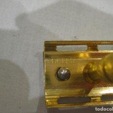 Antigüedades: ANTIGUA MAQUINILLA DE AFEITAR DORADA BETER AÑOS 40 CON ESTUCHE DE CUCHILLAS SIN ESTRENAR. Lote 111824147