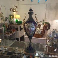 Antigüedades: JARRÓN DE PORCELANA DE ESTILO IMPERIAL Y MOTIVOS FRAGONARD 62 CM. Lote 118468295