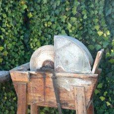 Antigüedades: ANTIGUA RUEDA DE PIEDRA DE ARENISCA PARA AFILAR. CON BANCADA 120X90X37 CM. Lote 112027031