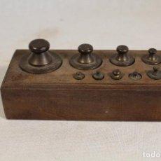 Antigüedades: JUEGO DE 9 PESAS - PONDERALES EN BRONCE PESAS EN BRONCE GRABADAS . Lote 112189623