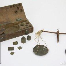 Antigüedades: ANTIGUA BALANZA DE METAL PARA PESAR MONEDAS DE ORO - FALTAN ALGUNOS PESOS. Lote 112204187