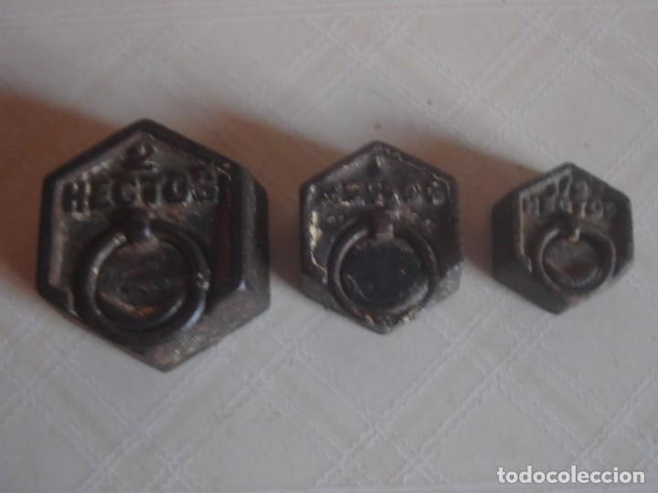 JUEGO DE 3 X PESA HEXAGONAL DE HIERRO DE 2 HECTOGRAMOS, 1 HECTOGRAMO Y 1/2 HECTOGRAMO. (Antigüedades - Técnicas - Medidas de Peso - Ponderales Antiguos)