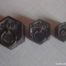 Antigüedades: JUEGO DE 3 X PESA HEXAGONAL DE HIERRO DE 2 HECTOGRAMOS, 1 HECTOGRAMO Y 1/2 HECTOGRAMO.. Lote 112216583