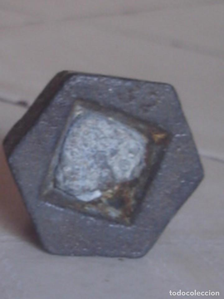 Antigüedades: Juego de 3 x pesa hexagonal de hierro de 2 hectogramos, 1 hectogramo y 1/2 hectogramo. - Foto 3 - 112216583