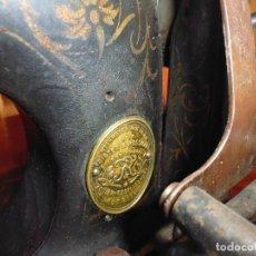 Antigüedades: MAQUINA DE COSER RESTAURADA LA MARQUETERÍA Y BIEN CONSERVADA LA MAQUINARÍA. Lote 112305563
