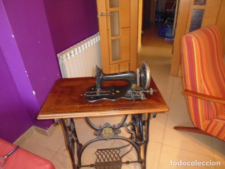 Antigüedades: Maquina de Coser restaurada la marquetería y bien conservada la maquinaría - Foto 3 - 112305563