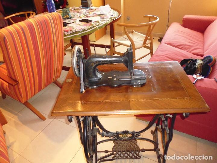 Antigüedades: Maquina de Coser restaurada la marquetería y bien conservada la maquinaría - Foto 4 - 112305563