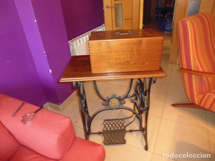 Antigüedades: Maquina de Coser restaurada la marquetería y bien conservada la maquinaría - Foto 5 - 112305563