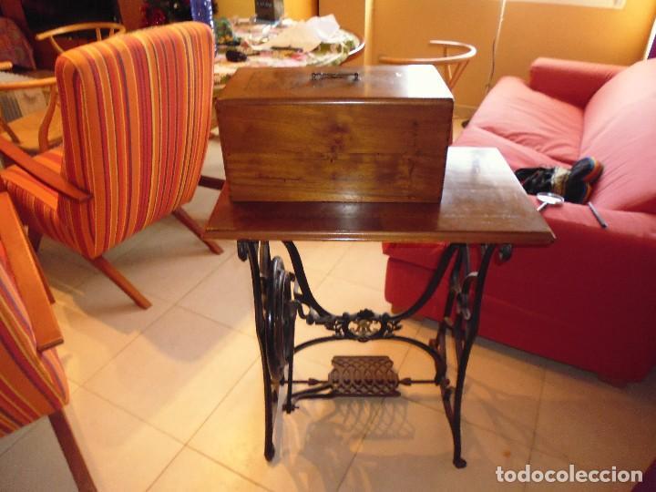 Antigüedades: Maquina de Coser restaurada la marquetería y bien conservada la maquinaría - Foto 6 - 112305563