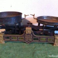 Antigüedades: BONITA BALANZA MARCA GARAI PARA 5 KG CON DOS PLATOS DE HIERRO (BE 02). Lote 112321179
