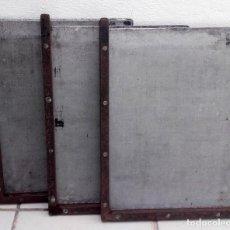 Antigüedades: TRES GALERAS METÁLICAS PARA MOLDES DE IMPRENTA. TAMAÑO: 35X27 CMS.. Lote 112356587