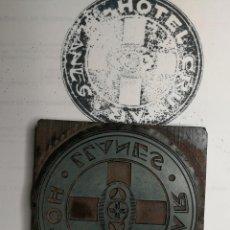 Antigüedades: PUBLICIDAD HOTEL CRUMAR. LLANES. ANTIGUO TAMPÓN.SELLO DE IMPRENTA.CUÑO DE MADERA. CLICHÉ.. Lote 112513407
