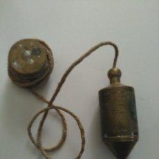Antigüedades: ANTIGUA PLOMADA EN BRONCE CUERDA DE CAÑAMO. Lote 112639211