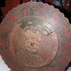 Antigüedades: ANTIGUO CALENDARIO PERPETUO DE BRONCE PARA 75 AÑOS. Lote 112673691