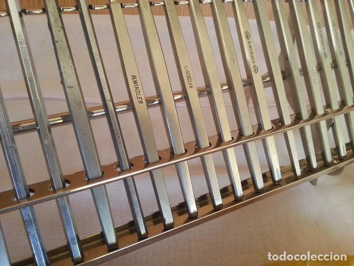 Antigüedades: Bisturís. Colección de 30 instrumentos quirúrgicos. Con su armario expositor. - Foto 3 - 112811151