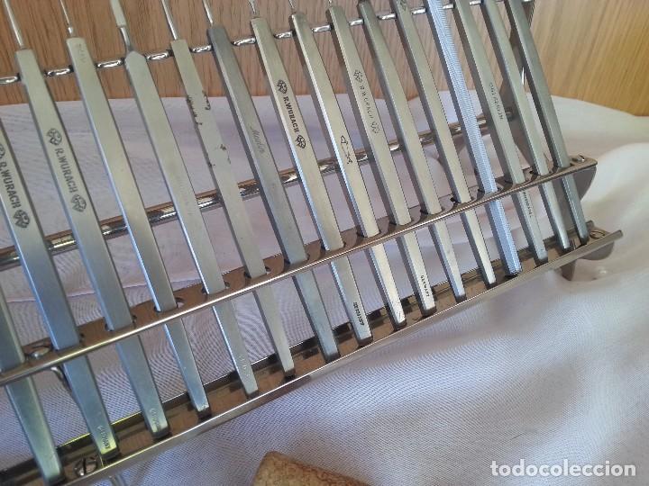 Antigüedades: Bisturís. Colección de 30 instrumentos quirúrgicos. Con su armario expositor. - Foto 5 - 112811151