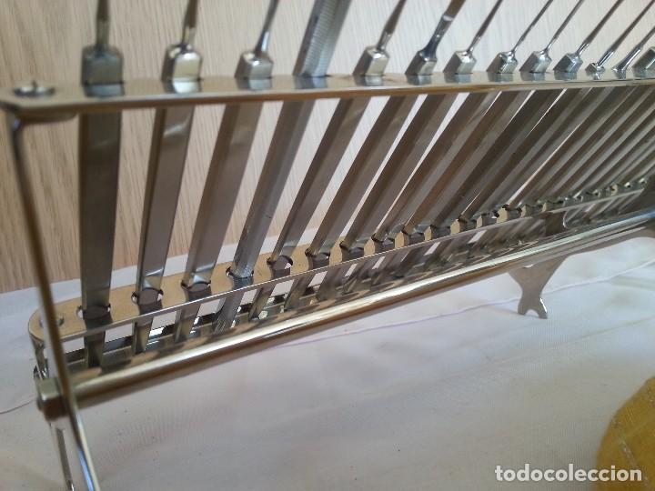 Antigüedades: Bisturís. Colección de 30 instrumentos quirúrgicos. Con su armario expositor. - Foto 11 - 112811151
