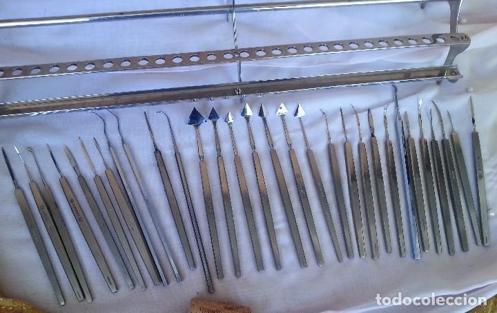 Antigüedades: Bisturís. Colección de 30 instrumentos quirúrgicos. Con su armario expositor. - Foto 14 - 112811151