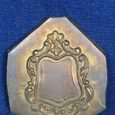Antigüedades: MATRIZ REPUJAR CUERO ENCUADERNACION CUERO COBRE CARTELA ROCALLA MARCO TITULO NOMBRE ESCUDO 5,6X4,8CM. Lote 112821999