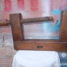 Antigüedades: MUY ANTIGUO SARGENTO DE MADERA , CARPINTERO, INICIALES A P. Lote 112823307