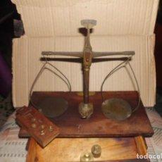 Antigüedades: BÁSCULA DE LABORATORIO DE FRANCISCO BLANQUET MATERIAL PARA LABORATORIOS BARCELONA. Lote 112951699
