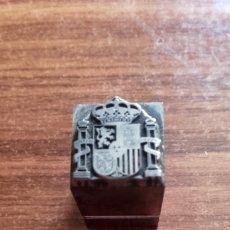 Antigüedades: CLICHÉ IMPRENTA ESCUDO ESPAÑOL. PERFECTO ESTADO. METÁLICO. MEDIDAS: 1,3X1,3 CMS.. Lote 112973143
