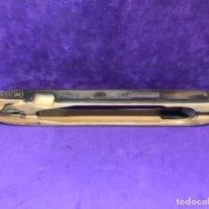 Antigüedades: UN MODELO ESPECIAL DE LANZADERA DOS TIPOS DE MADERAS. DE 44,5CM CON ACERO Y BRONCE. Lote 113108263