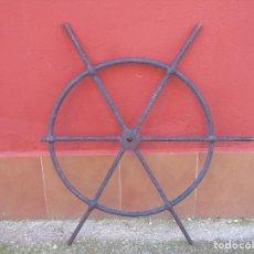 Antigüedades: ANTIGUA GRAN LLAVE DE MOLINO DE HIERRO CON VOLANTE. 1M DIÁMETRO. Lote 113201995
