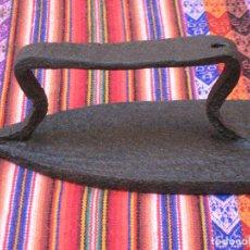 Antigüedades: PLANCHA MUY ANTIGUA Y RUSTICA EN HIERRO MACIZO FORJADO. . Lote 113259003