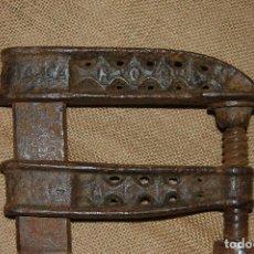 Antigüedades: SARGENTO, GATO, MORDAZA DE CARPINTERO, CARPINTERÍA. MARCA ROCA.. Lote 113286479