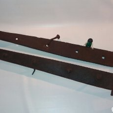 Antigüedades: LOTE ENORMES BISAGRAS ANTIGUAS HIERRO FORJADO METAL PUERTA DE 64CM Y 61CM. Lote 113335720