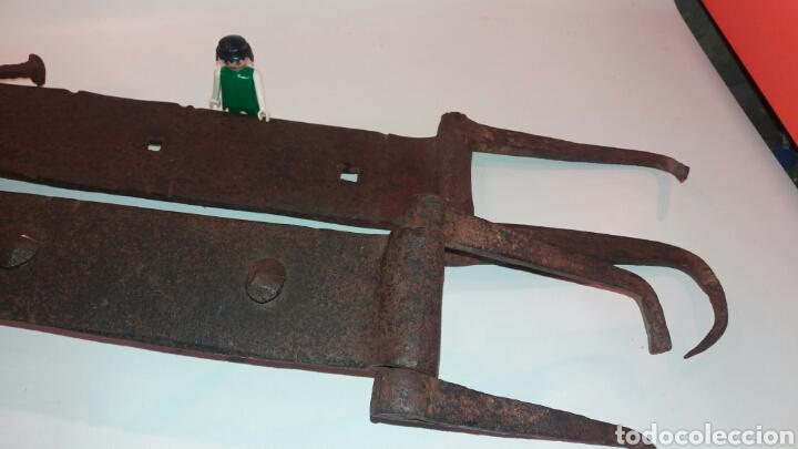 Antigüedades: LOTE ENORMES BISAGRAS ANTIGUAS HIERRO FORJADO METAL PUERTA DE 64cm y 61cm - Foto 2 - 113335720