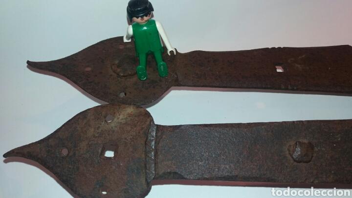 Antigüedades: LOTE ENORMES BISAGRAS ANTIGUAS HIERRO FORJADO METAL PUERTA DE 64cm y 61cm - Foto 3 - 113335720