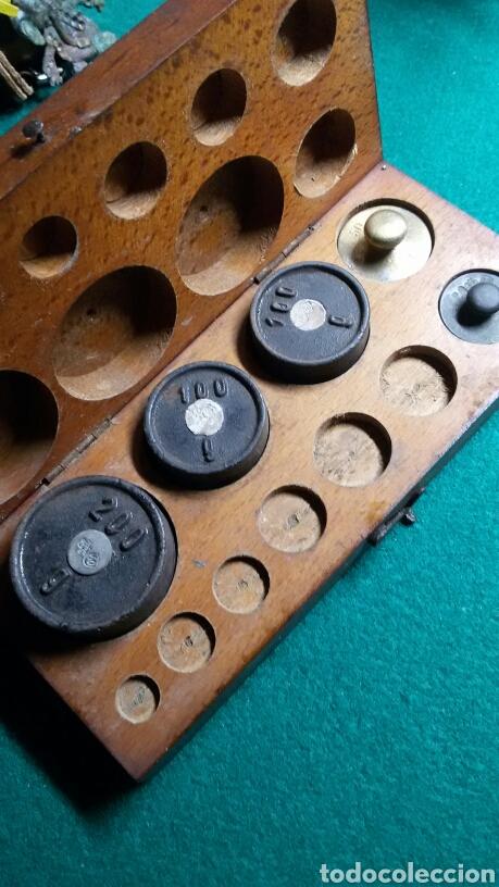 Antigüedades: Caja juego pesas antiguas ponderales balanza marca dr - Foto 2 - 113461171