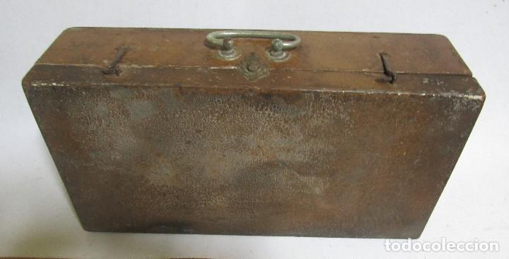 Antigüedades: MALETIN DE MADERA PERTENECIO A UN BARBERO CIERRE METALICO VER IMAGNES Y DESCRIPCION - Foto 4 - 113573311