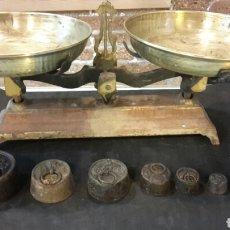 Antiquitäten - Antigua balanza de 5kg con 6 pesos - 113601523