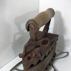 Antigüedades: ANTIGUA PLANCHA DE CARBON CON APOYO Y MANGO MADERA.. Lote 113613759