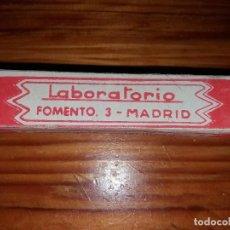 Antigüedades: ANTIGUA AMPOLLA DE MEDICINA INYECTABLES ESTERILIZADOS M. PINO LABORATORIO FOMENTO MADRID. Lote 114048355