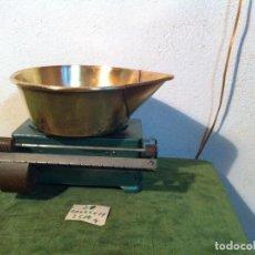 Antigüedades: MUY BONITA BALANZA DE COCINA CON PLATO DE BRONCE Y ESCALA CON PILON (BC 21). Lote 114172459